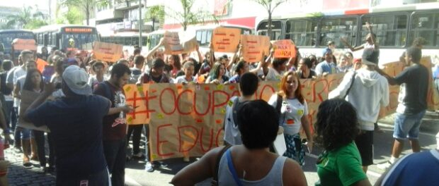 Students stop traffic in Méier, protesting against cuts to education and demonstrating solidarity with other occupied schools across Rio state
