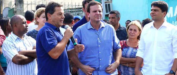 Municipal Housing Secretary Sérgio Zveiter speaking, Mayor Eduardo Paes and Rio mayoral candidate Pedro Paulo