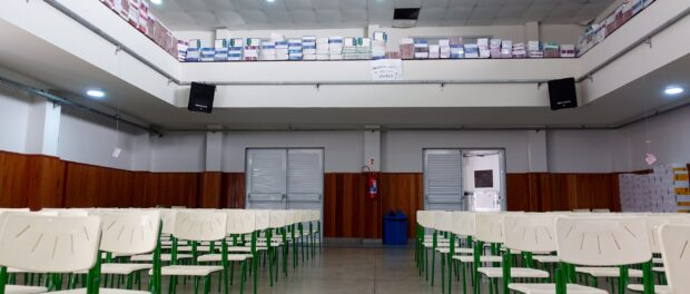 Students lined the auditorium with books they found stored in their chemistry lab at Mendes do Moraes, Ilha do Governador