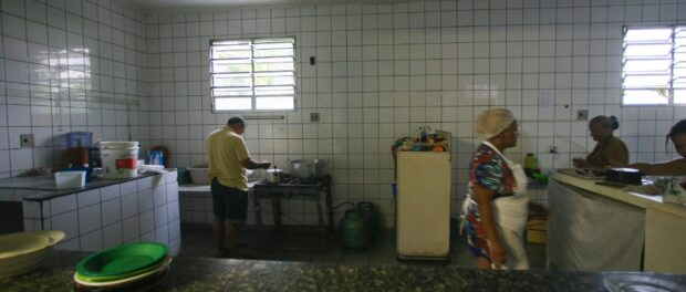 Residents collectively prepare dinner for residents. Photo by Fernando Donasci/UOL