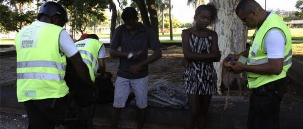 Homeless people near Flamengo are searched and questioned by security. Photo by Anne Vigna/Agencia Publica