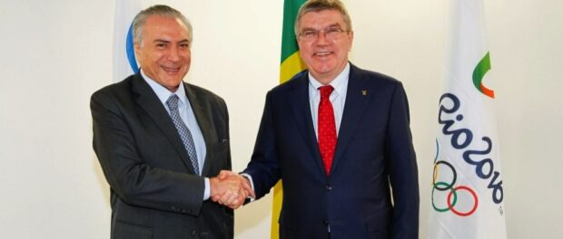 From Vladimir Putin to Michel Temer (left), the IOC's president (currently Thomas Bach, right) shakes hands with controversial political figures while maintaining that the IOC is apolitical. Photo by Divulgação/Palácio do Planalto