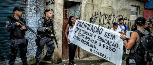 """""""Pacification without opportunity and education is like putting out a fire with gasoline"""". Photo by Carlos Coutinho / Coletivo Papo Reto"""