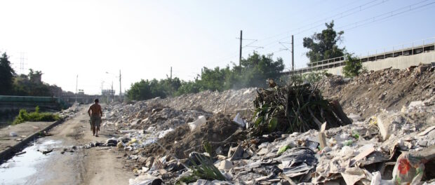 Unused road and tons of debris remain 7 years after eviction of 1000 families in Beira Rio, Manguinhos.