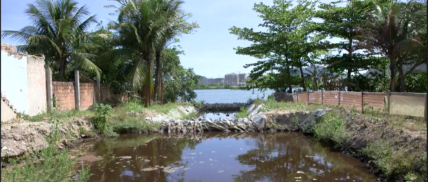 Pollution of Vila Autódromo's lake is one of Naomy's many concerns in The FIghter