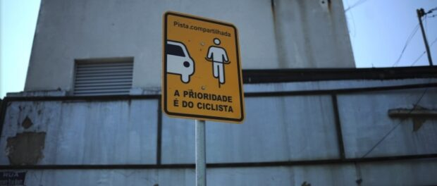 Signs indicate who has priority in the lane. Photo by Fábio Teixeira