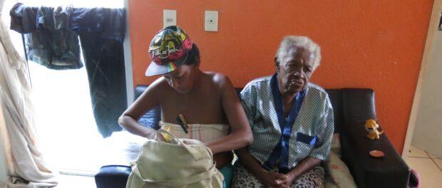 Creuza da Silveira and her mother, Conceição de Oliveira. Photo by Beth McLoughlin/Agência Pública