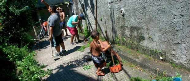 Residents of Pereira da Silva participate in a mutirão to pick up trash, weed and educate the community about Dengue. Photo courtesy of Jorge Luiz de Barros