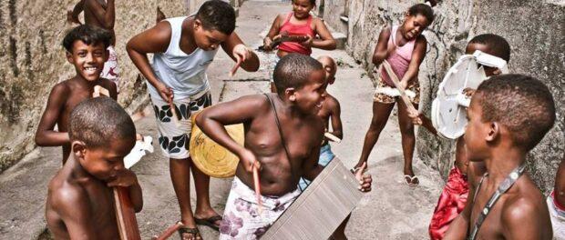 Children improvise a band in Jacarezinho. Photo by Léo Lima