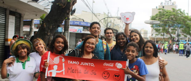 Family members eagerly await relative carry torch in Duque de Caxias