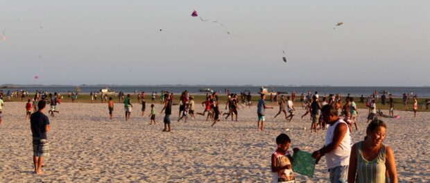 Today Sepetiba residents enjoy the beach by flying kites, running and relaxing, but the water is not safe to enter. Photo by Sophia Zaia