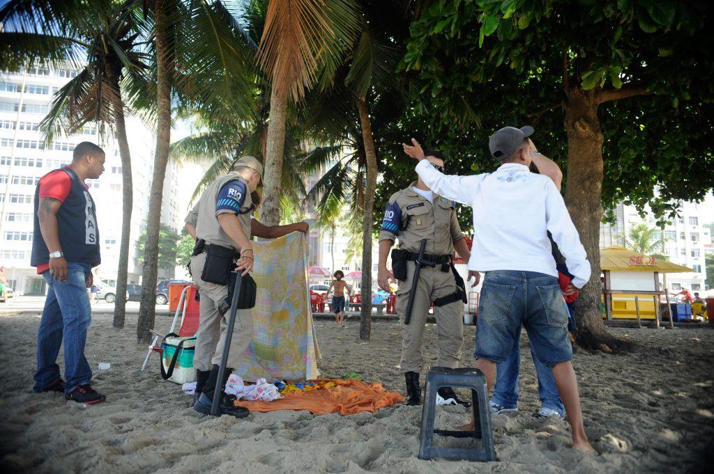 Agents remove homeless people from the beach. Photo by Tânia Rêgo/Agência Brasil