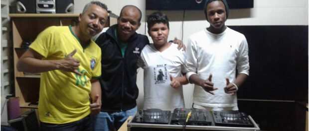 Kitinho with youth from Morro dos Macacos