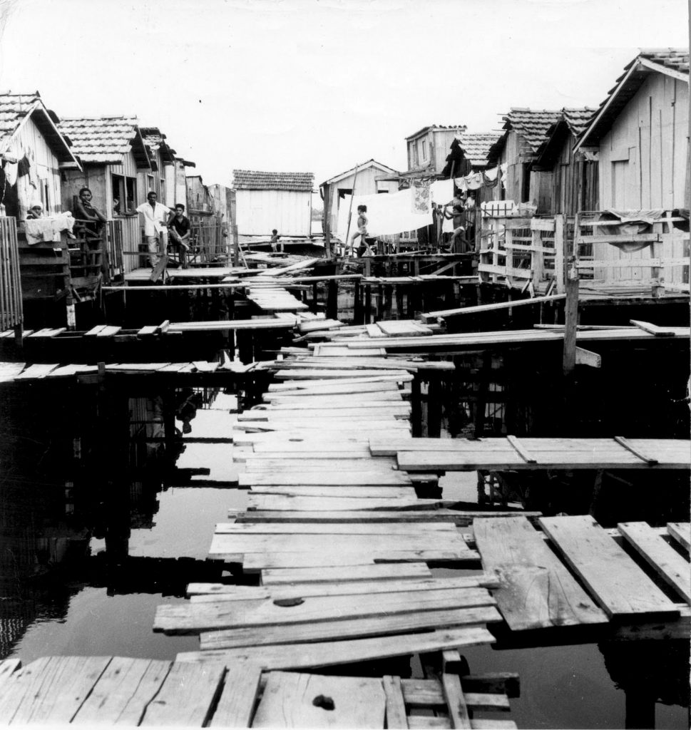 Stilt houses in Maré in the 1960s. Photo from Museu da Maré archives