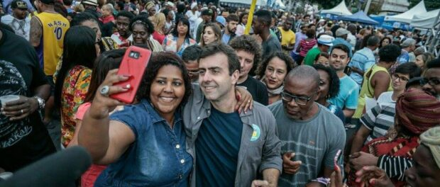 Freixo poses for selfies with members of the audience at Madureira