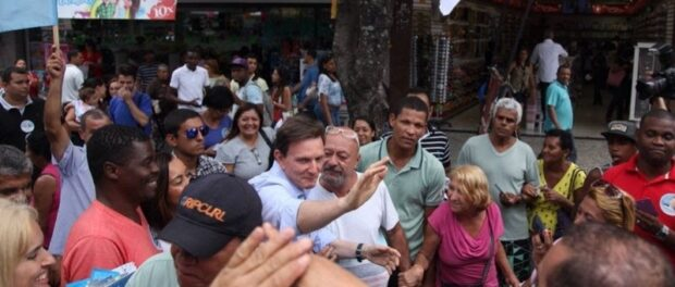 Crivella visiting a favela in his 2014 campaign. Photo by UOL