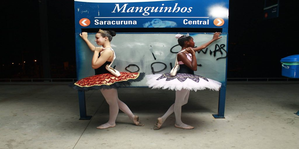 Photo from the Ballet Urbano Manguinhos photography exhibition by Eric Cardoso and Ana Maria Silva