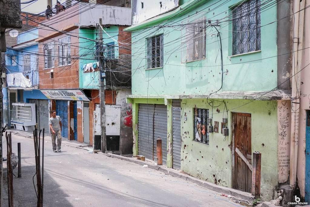Home perforated by police bullets. Photo by Betinho Casas Novas