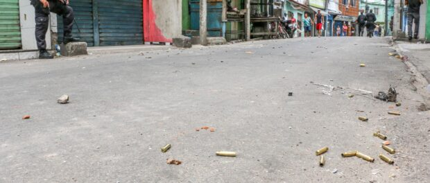 Projectiles on the ground and Military Police in the streets. Photo: Betinho Casas Novas/Voz das Comunidades Newspaper