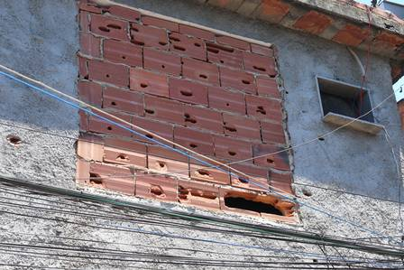 Large window filled with bricks after the arrival of the Military Police. Photo by Fabiano Rocha / EXTRA