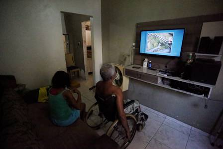 Their children took the elderly couple out of their home because of the crossfire, but they wanted to return. Photo by Fabiano Rocha / Extra / Agência O Globo