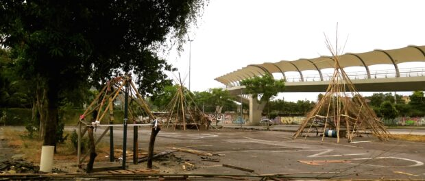 Indigenous structures taking shape at Aldeia Maracanã, with R$14 million pedestrian bridge in the background