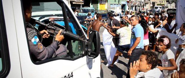 Children participate in a protest calling for peace in Complexo do Alemão. Photo: Mídia 1508