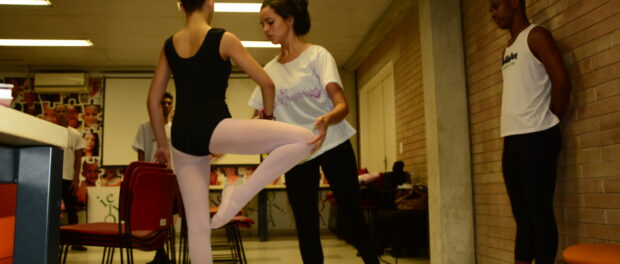 Ballet Manguinhos rehearses in the library. Photo: Ana Maria Silva and Jordana Coelho