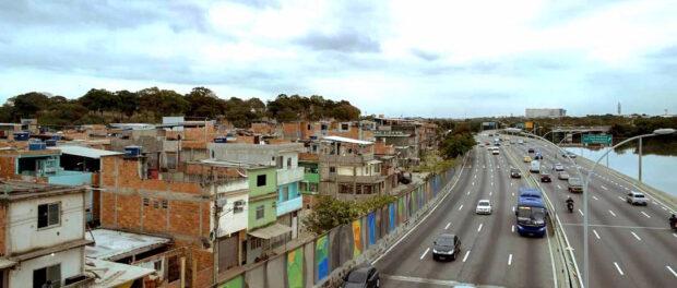 """Muro erguido entre a Maré e a Linha Vermelha é chamado de """"barreira acústica"""". Foto: Daniel Marenco/Agência O Globo"""