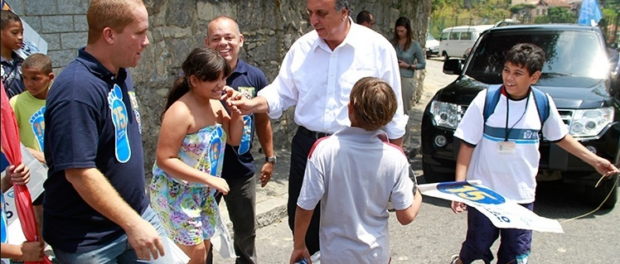 Pezão visits the community of Santo Amaro during his gubernatorial campaign in 2014. Photo: Marcio Cassol