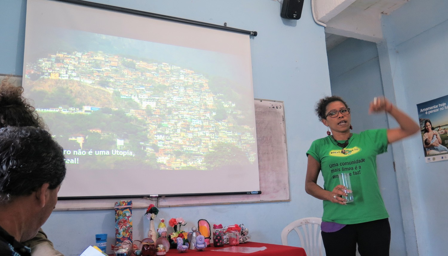 Cris presents the work of ReciclAção do the Sustainable Favela Network group