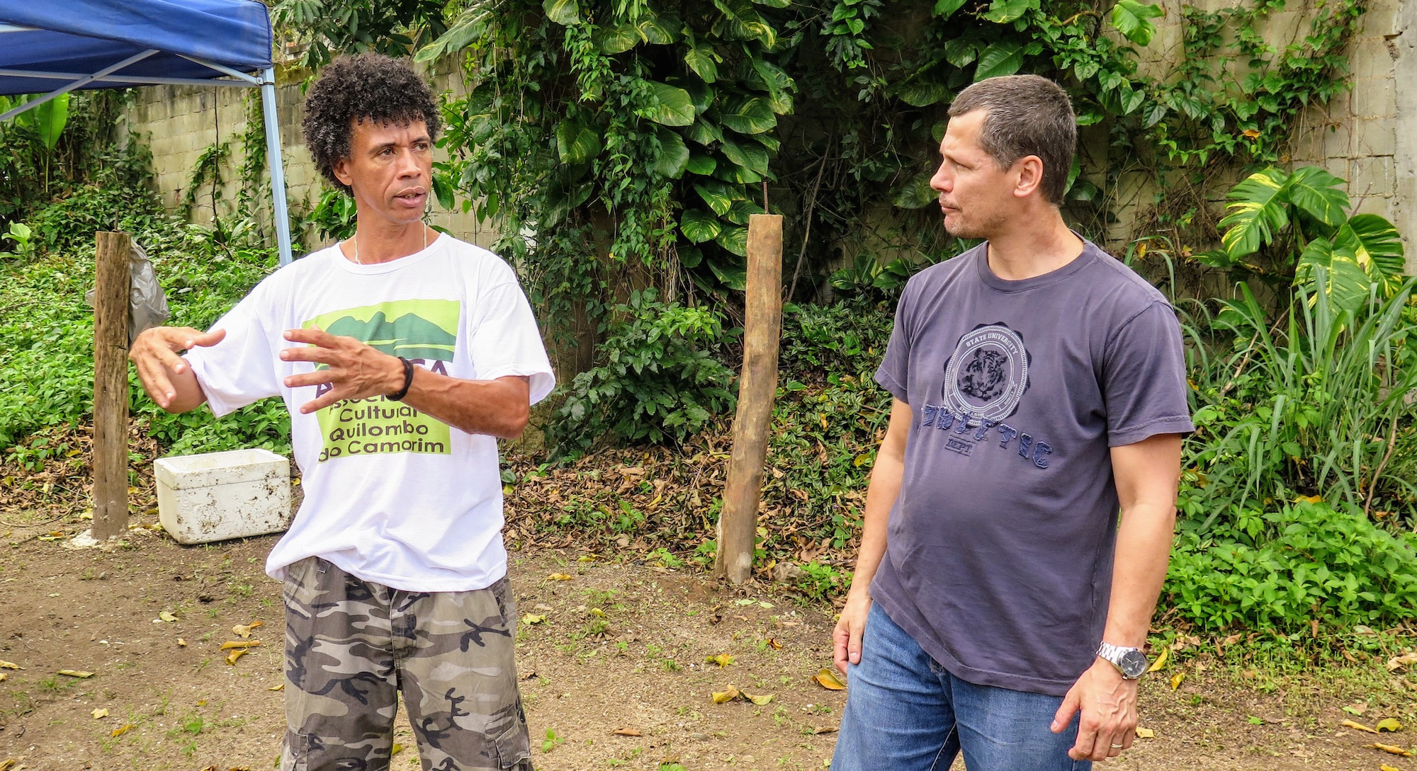 Adilson Almeida explains the Quilombo's work to Otávio Barros of the Vale Encantado Cooperative