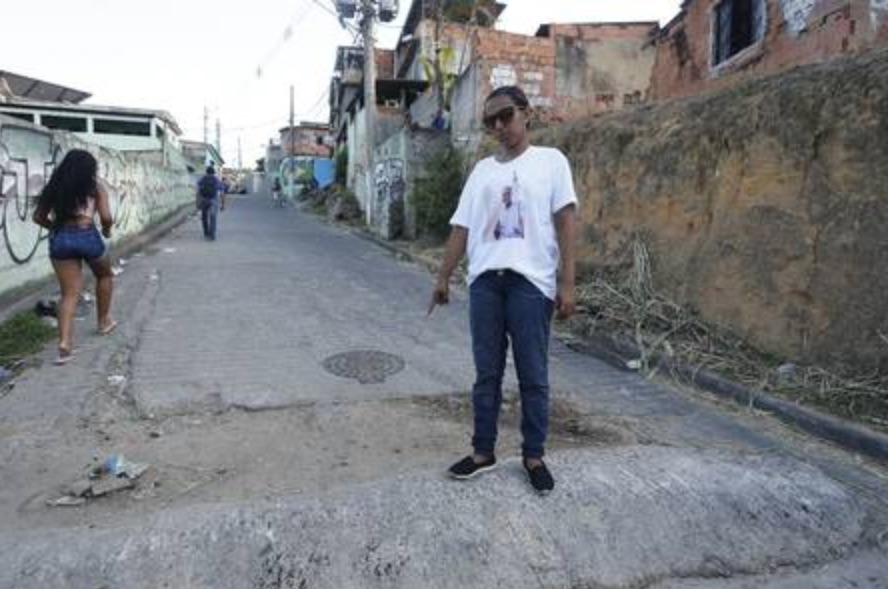 Azevedo indicates the place where her son fell after being shot. Photo: Domingos Peixoto