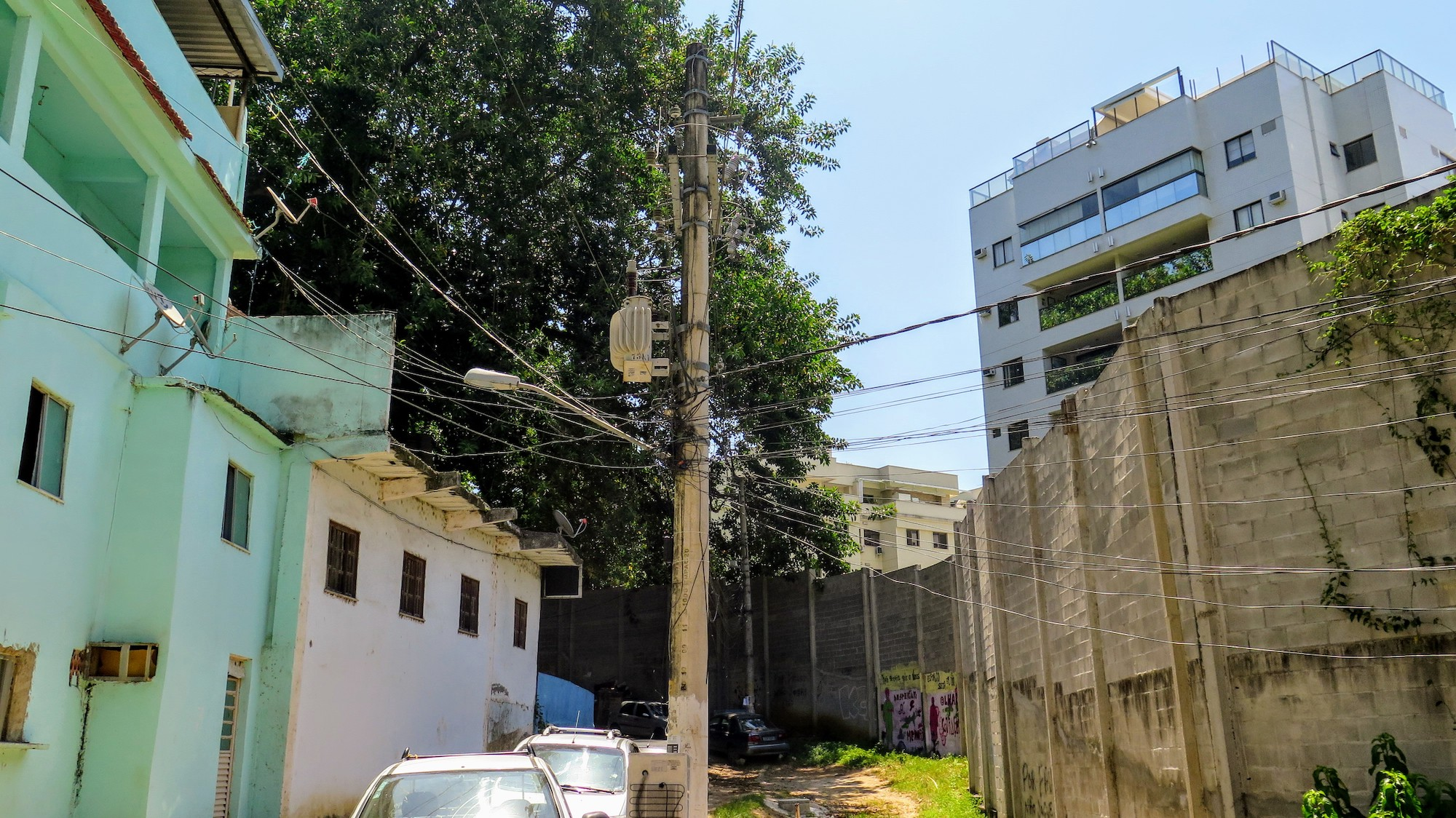 Wall dividing the condominium and the community of Trapicheiros