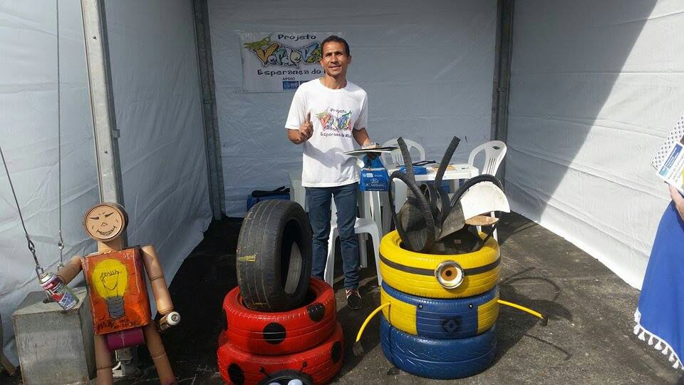 Carlos André with products of a tire workshop with community youth