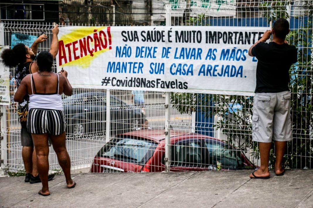 Moradores colocam alertas no Complexo do Alemão sobre o coronavírus. Foto: Divulgação/Voz das Comunidades