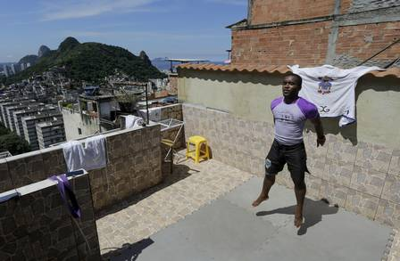 Raylton Moreira dos Santos trains on his rooftop on the Tabajaras hill. Photo: Gabriel de Paiva / Agência O Globo
