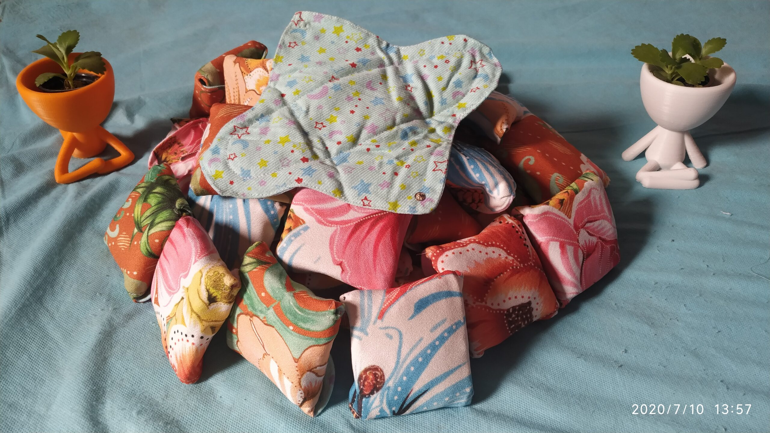 Ecological menstrual pads from reclaimed cloth by Valdirene Militão