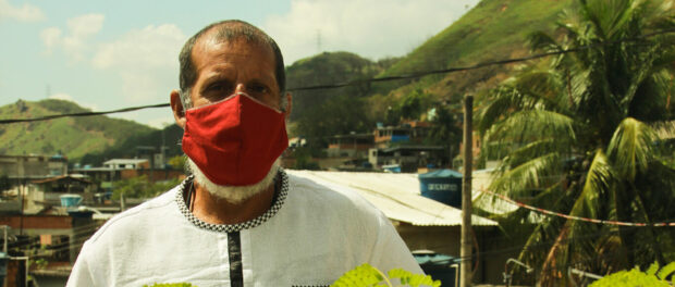 Fabiano 'Ravengard' Veloso, wearing a red mask amid pandemic. Photo by: Breno Laerte.