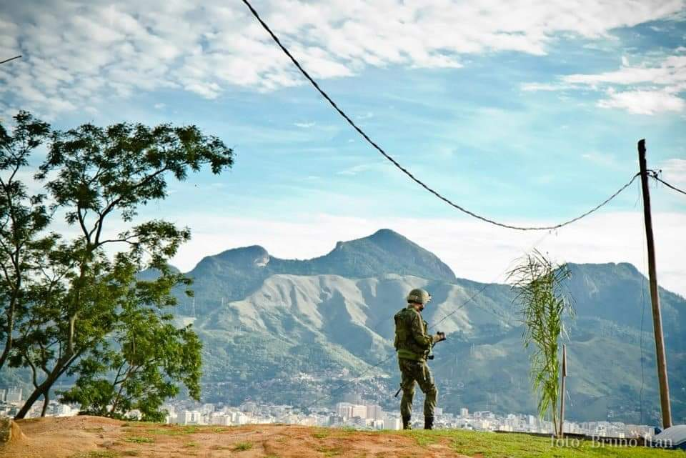 Soldier in Complexo do Alemão. Photo by Burno Itan.