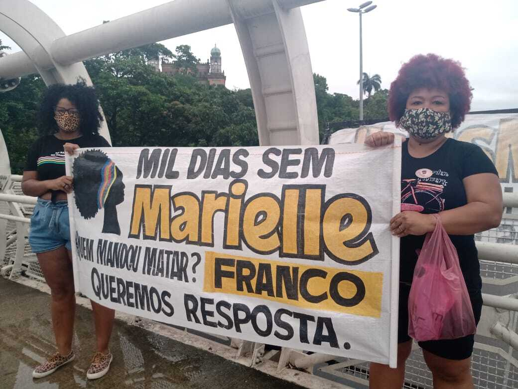 Raniery Soares and Flávia Sampaio, from PSOL Maré Nucleus in one of the actions of 'A Dawn for Marielle', on Avenida Brasil. Photo by: Wagner Rodrigues