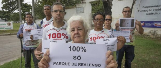 Realengo residents protest against the occupation of the place with condominiums. Photo by: Roberto Moreyra/Roberto Moreyra