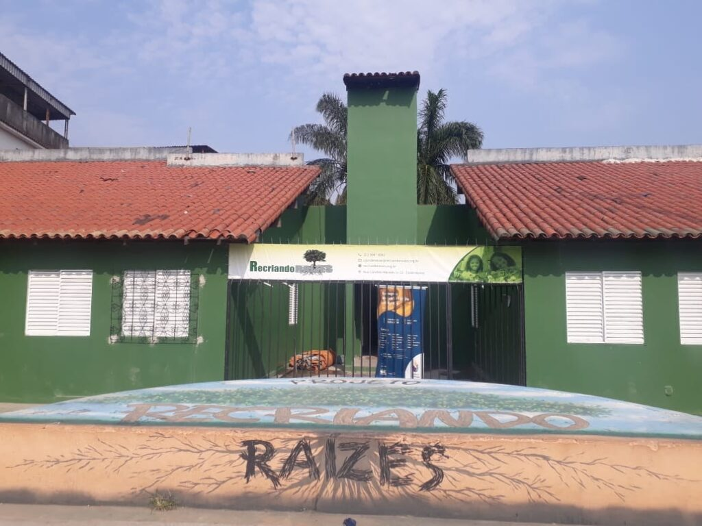 An image of the newly renovated community space in Lagartixa, Costa Barros. Photo by Júlio Ribeiro.