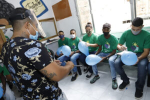 Image of Barber Instructor Glaybson teaching how to give a proper shave. Photo by Júlio Ribeiro.