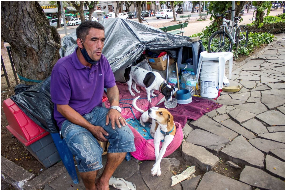 Amid barking and car horns, Edmilson lives his routine in the streets of Porto Alegre. Photo: Cainan Xavier