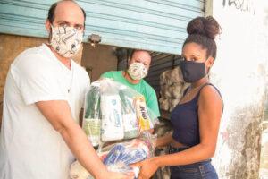 Coletivo Vidigal Vive distributing foodstuffs