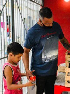 Associação de Moradores da Vila União distributing fruit and veg.
